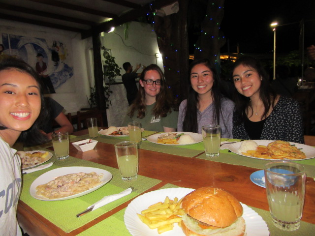 The group dines at El Chocolate in Puerto Ayora.